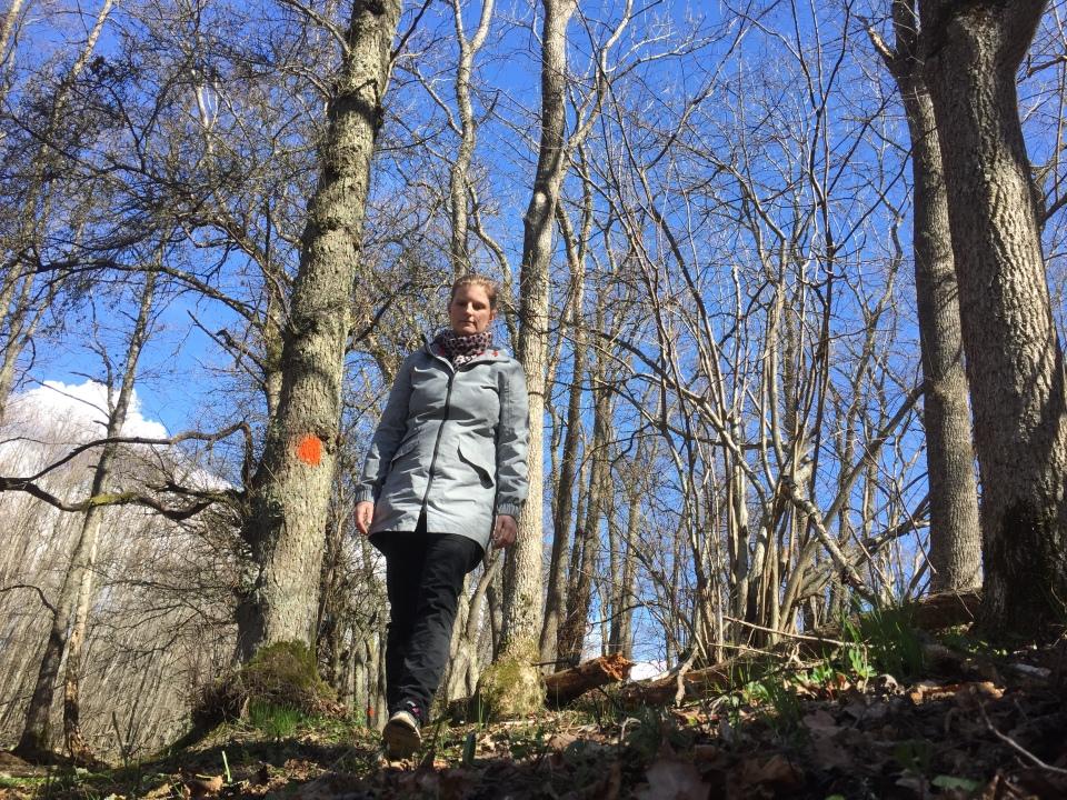 Elin promenerar i skogen