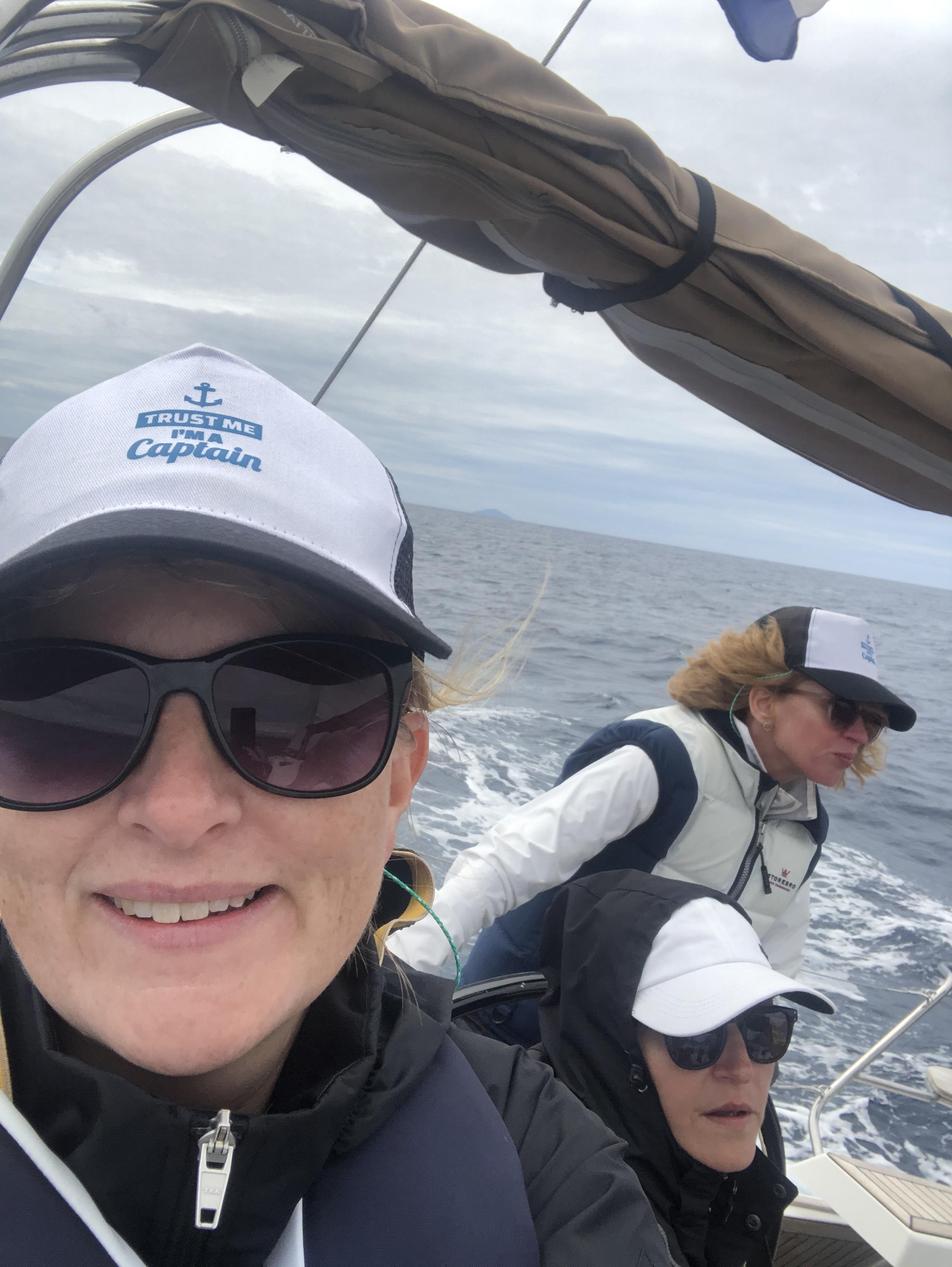 Tre kvinnor seglar i Kroatien