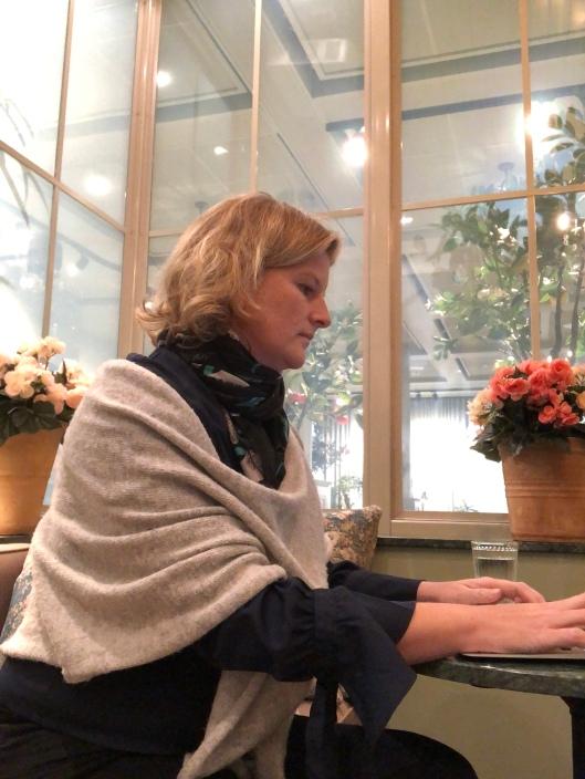 Elin skriver på dator
